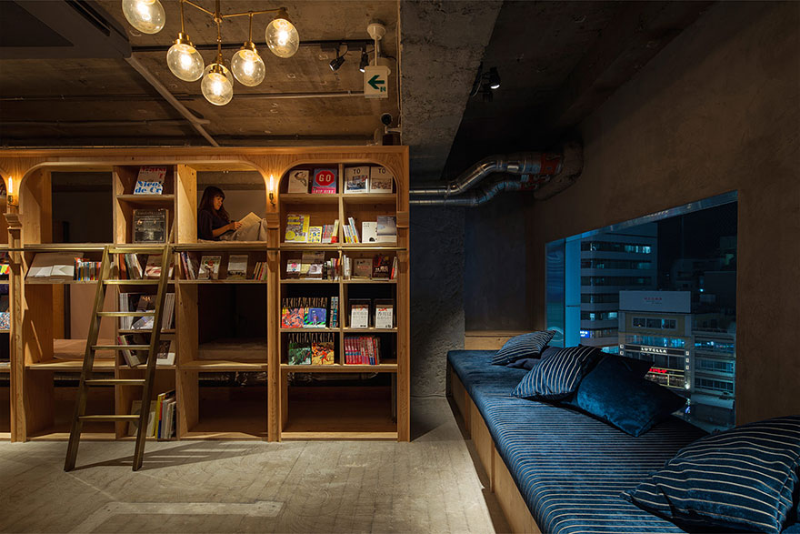 hotel unde dormi printre rafturile de carti japonia